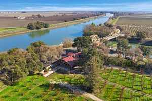 steamboat-landing-with-real-estate-on-delta-river-courtland-california